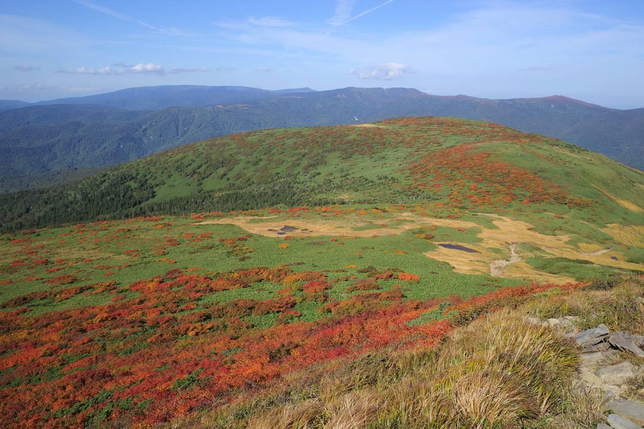 乳頭山から眺める八幡平と紅葉
