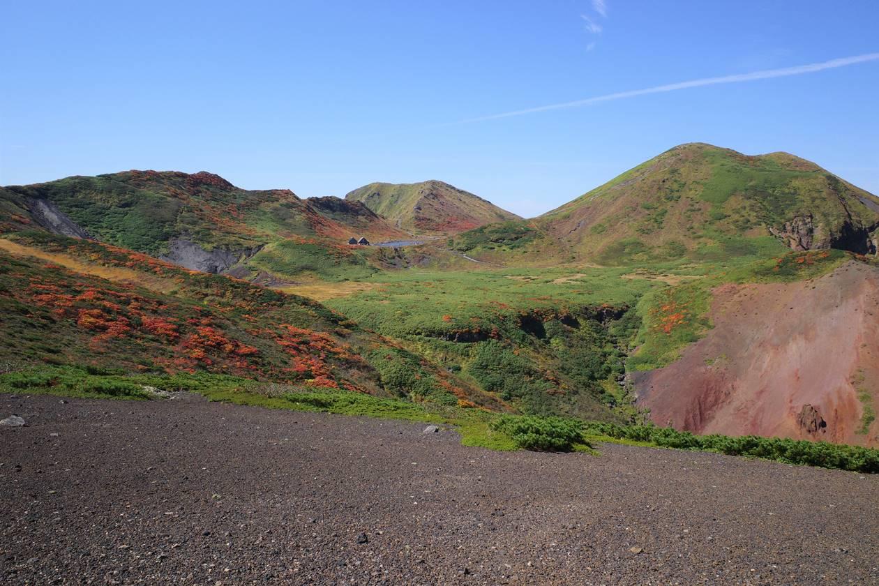 紅葉の秋田駒ヶ岳 焼森から眺める男岳と阿弥陀池
