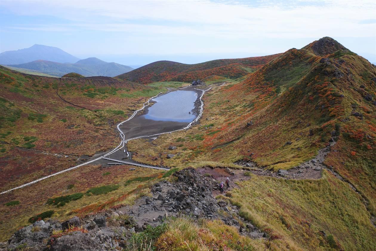 秋田駒ヶ岳・阿弥陀池と紅葉風景