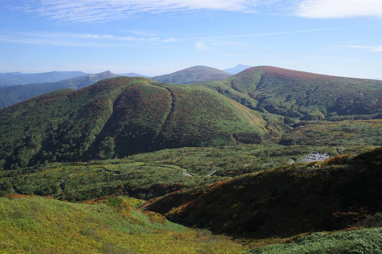 登山道から眺める秋田駒ヶ岳八合目と周辺の山々