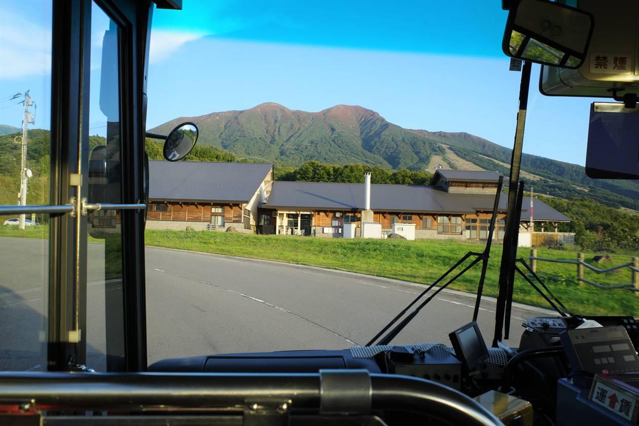 乳頭温泉から田沢湖行バス 車内から眺める紅葉の秋田駒ヶ岳