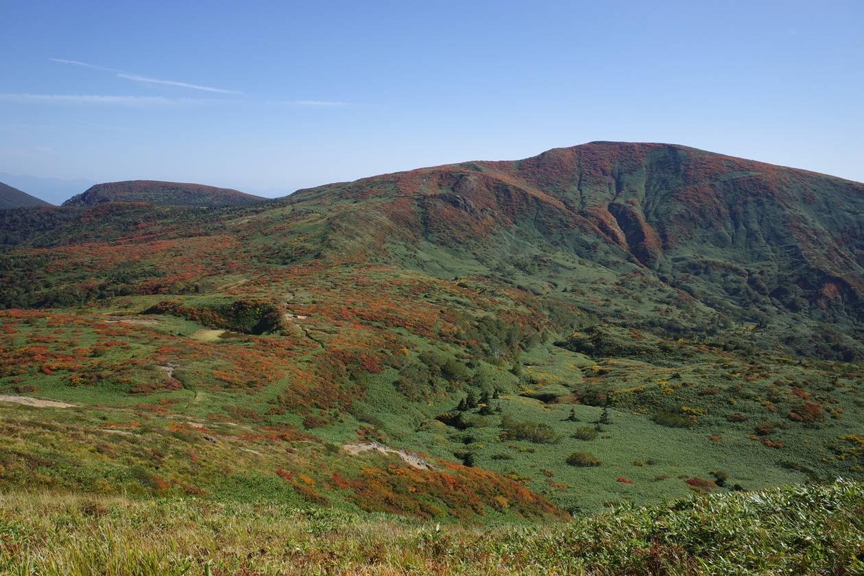 乳頭山から眺める笊森山と紅葉の縦走路