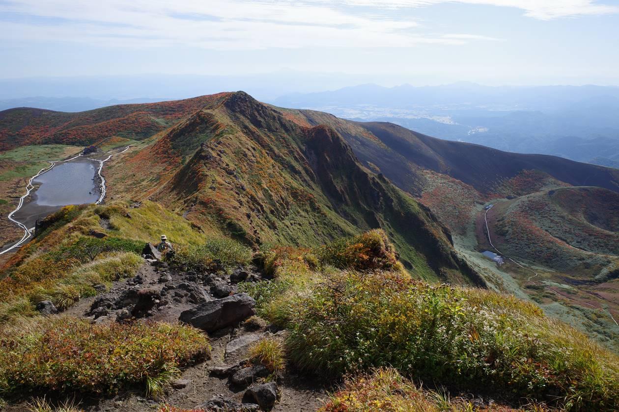 秋田駒ヶ岳 男岳稜線から眺める阿弥陀池