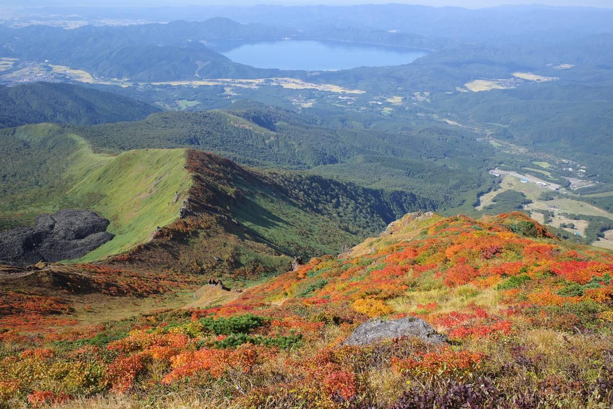 秋田駒ヶ岳・男岳山頂から眺める紅葉と田沢湖
