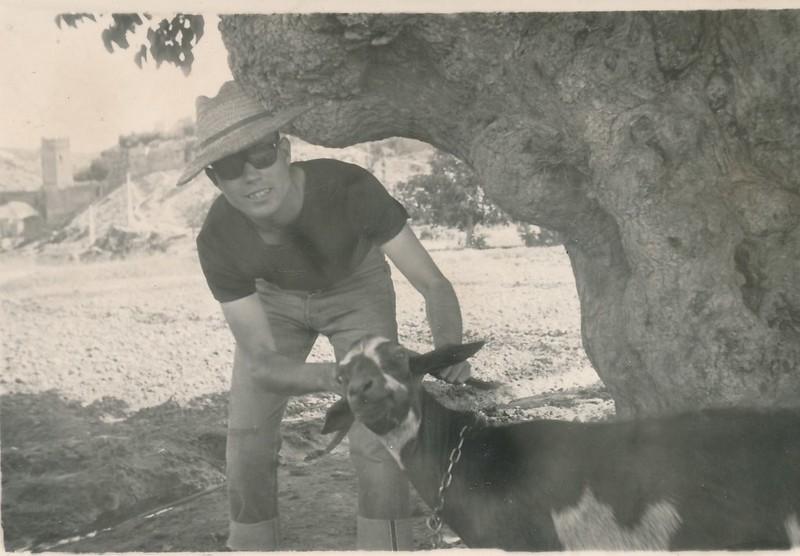 Con una cabra junto a la gran morera de la Huerta del Granadal (hoy Parque de Safont). Colección de Tomás García del Cerro