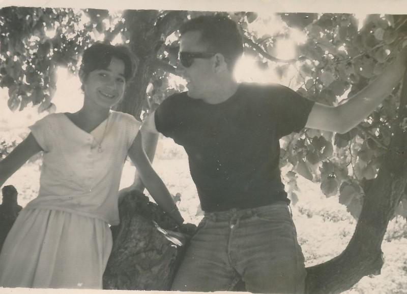 Con una amiga junto a la gran morera de la Huerta del Granadal (hoy Parque de Safont). Colección de Tomás García del Cerro