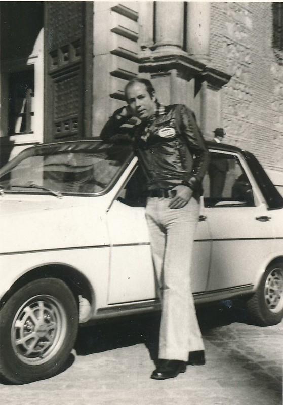 """Haciendo de extras como supuestos turistas en el rodaje de """"El Diablo se lleva a los Muertos"""" en 1973.Colección de Tomás García del Cerro"""