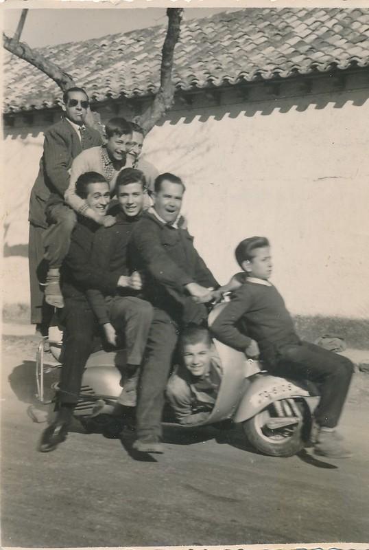 8 personas subidas a una moto Vespa en las dependencias de obras públicas en Toledo. Colección de Tomás García del Cerro