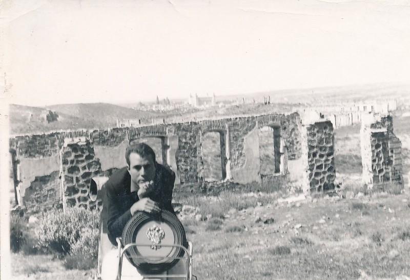 Con su moto Vespa en la zona de Alijares con Toledo al fondo. Colección de Tomás García del Cerro