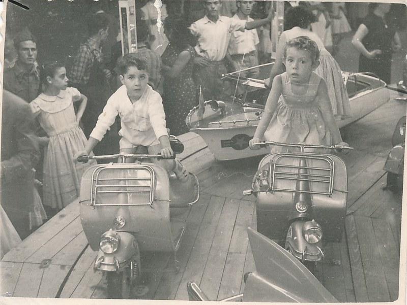Una moto Vespa de juguete en una atracción en la feria de Toledo. Colección de Tomás García del Cerro