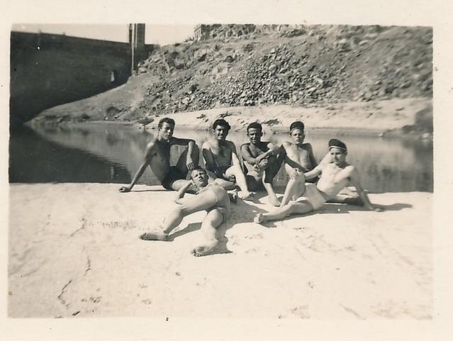 Con unos amigos en el azud de San Servando junto al río Tajo. Colección de Tomás García del Cerro