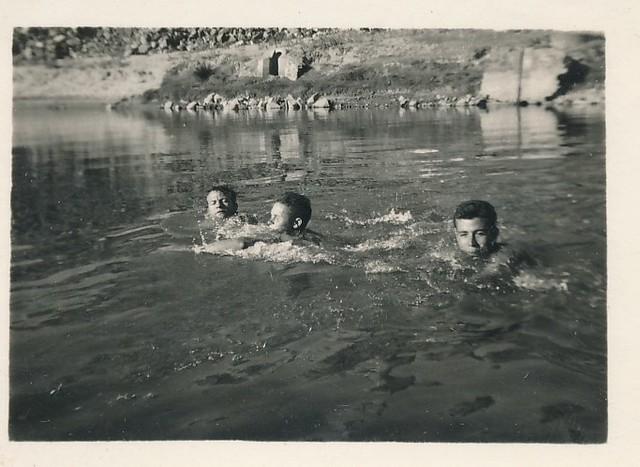 Bañándose en el río Tajo junto al Puente de Alcántara, años 50. Colección de Tomás García del Cerro