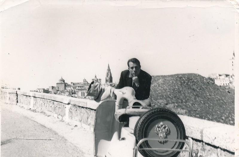 Con su moto Vespa en el Valle con Toledo al fondo, años 60. Colección de Tomás García del Cerro