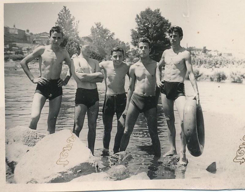 Con unos amigos en la Playa de Safont junto al río Tajo, años 40. Colección de Tomás García del Cerro