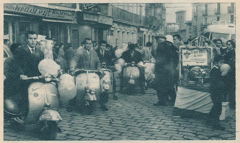 Miembros del Vespa Club de Toledo entregan el aguinaldo al Guardia Urbano de Zocodover. Colección de Tomás García del Cerro