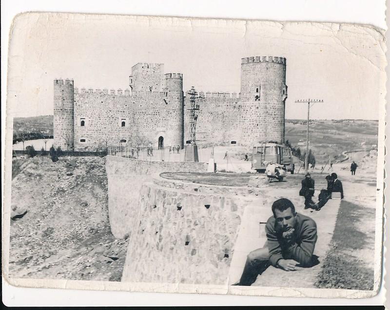 Con una moto vespa junto al Castillo de San Servando. Colección de Tomás García del Cerro
