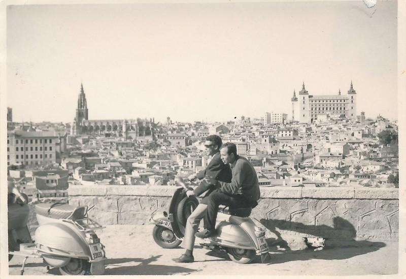 Motos Vespa en el Valle en Toledo hacia 1965. Colección de Tomás García del Cerro