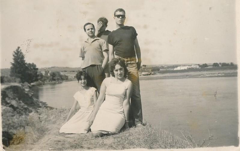 Con unos amigos en la Playa de Safont junto al río Tajo. Colección de Tomás García del Cerro