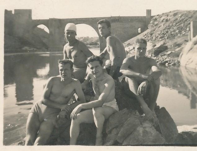 Con unos amigos en el Puente de Alcántara junto al río Tajo. Colección de Tomás García del Cerro