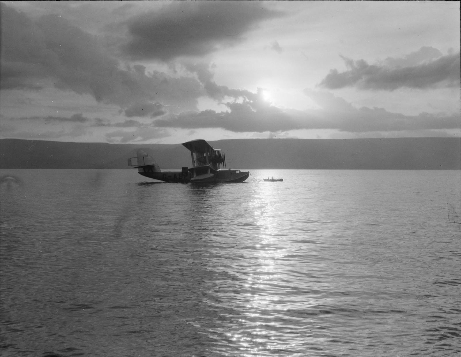 08. Летающая лодка «Сатирус» на якоре перед Тверией. Силуэт на восходе