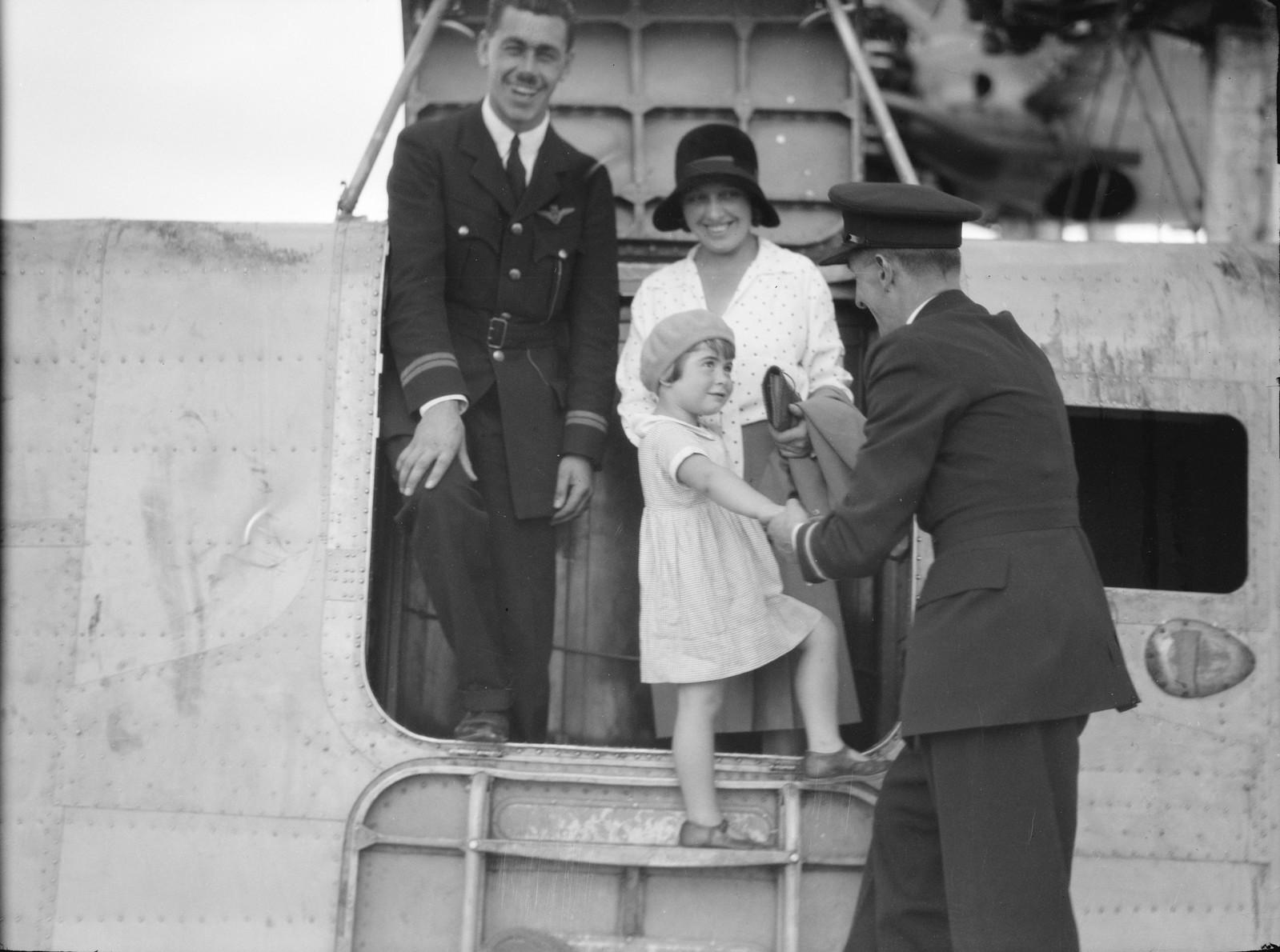 06. Первая пассажирская летающая лодка приводнилась. Маленькая мисс Памела Кросс прощается с экипажем