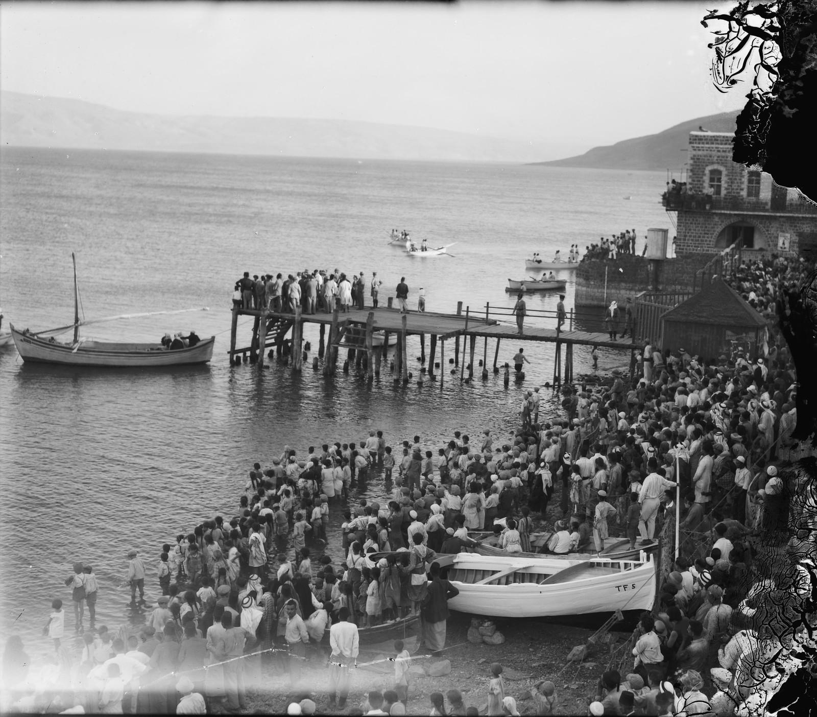 02. Летающую лодку ждут в Тверии. Толпа ожидает, что первый морской гидросамолет приводнится на воды Кинерета