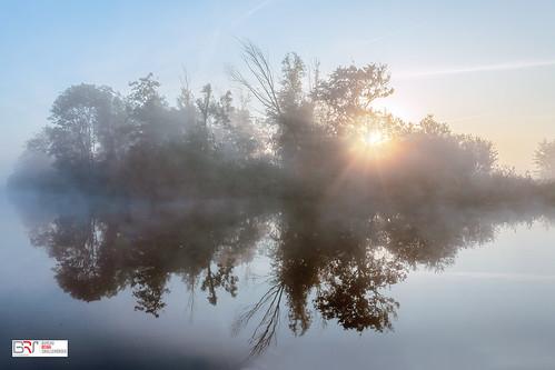 mist fog sunburst sunrise zonsopkomst leek groningen water reflectie mirror reflection gemeentewesterkwartier westerkwartier netherlands