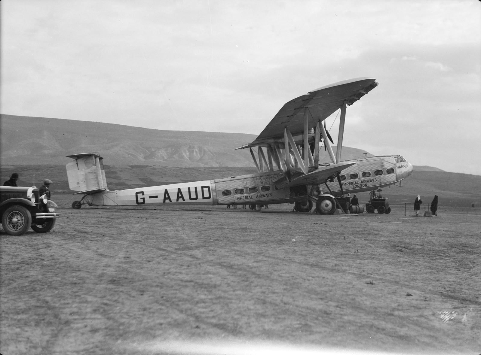11. Первый полет самолета G-AAUD Hanno. Самолет на летном поле в Семахе