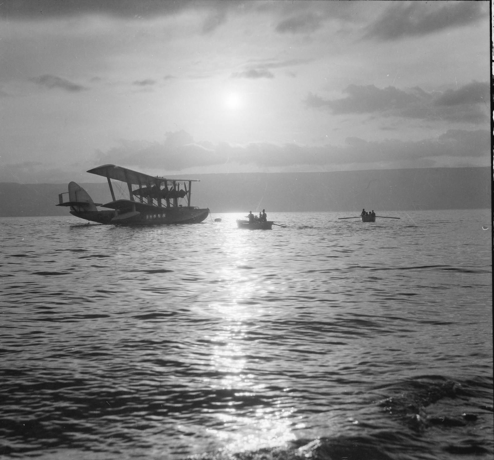 07. Летающая лодка «Сатирус» на якоре перед Тверией в лунном свете