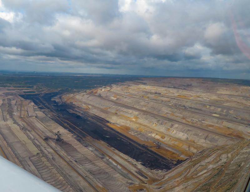 """Foto """"RWE Braunkohle-Tagebau Hambach"""" von Clemens Vasters unter der Lizenz CC BY 2.0 via Flickr"""