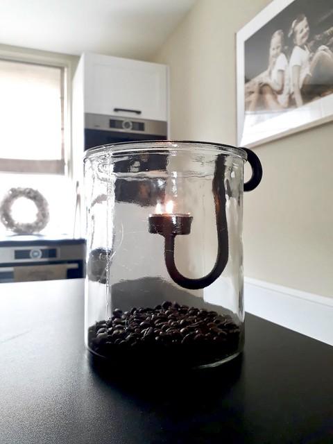 Glazen windlicht met hangkandelaar en koffiebonen