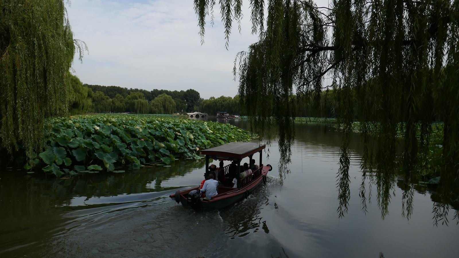 Embarcación de recreo surcando tranquilamente uno de los muchos canales del Antiguo Palacio de Verano