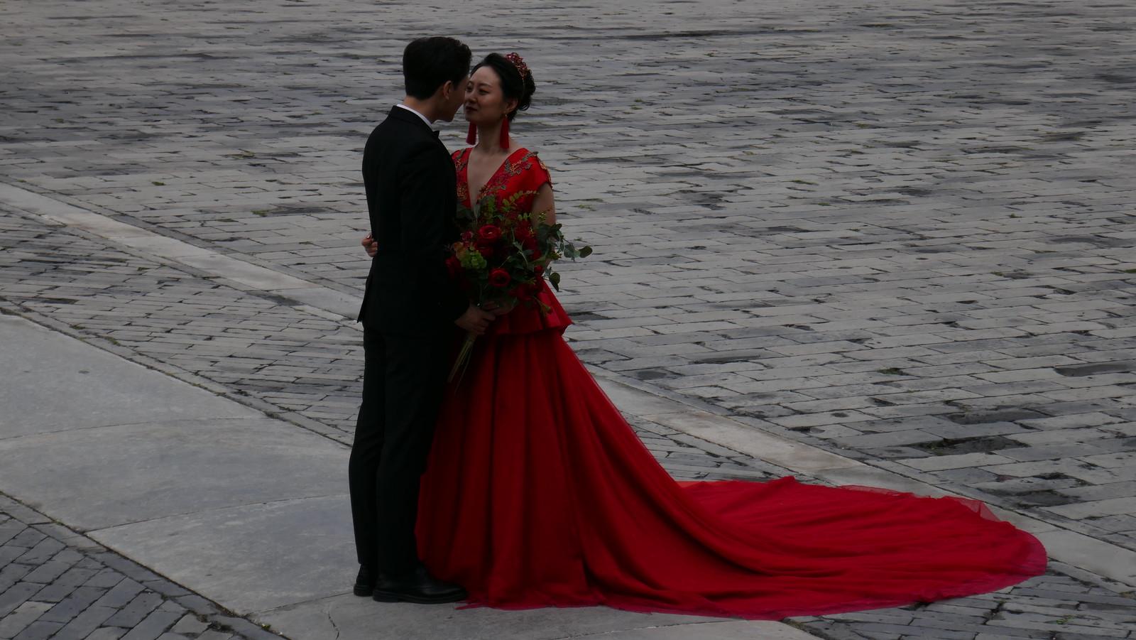Una de las múltiples parejas que se fotografiaban en el Templo Imperial Ancestral
