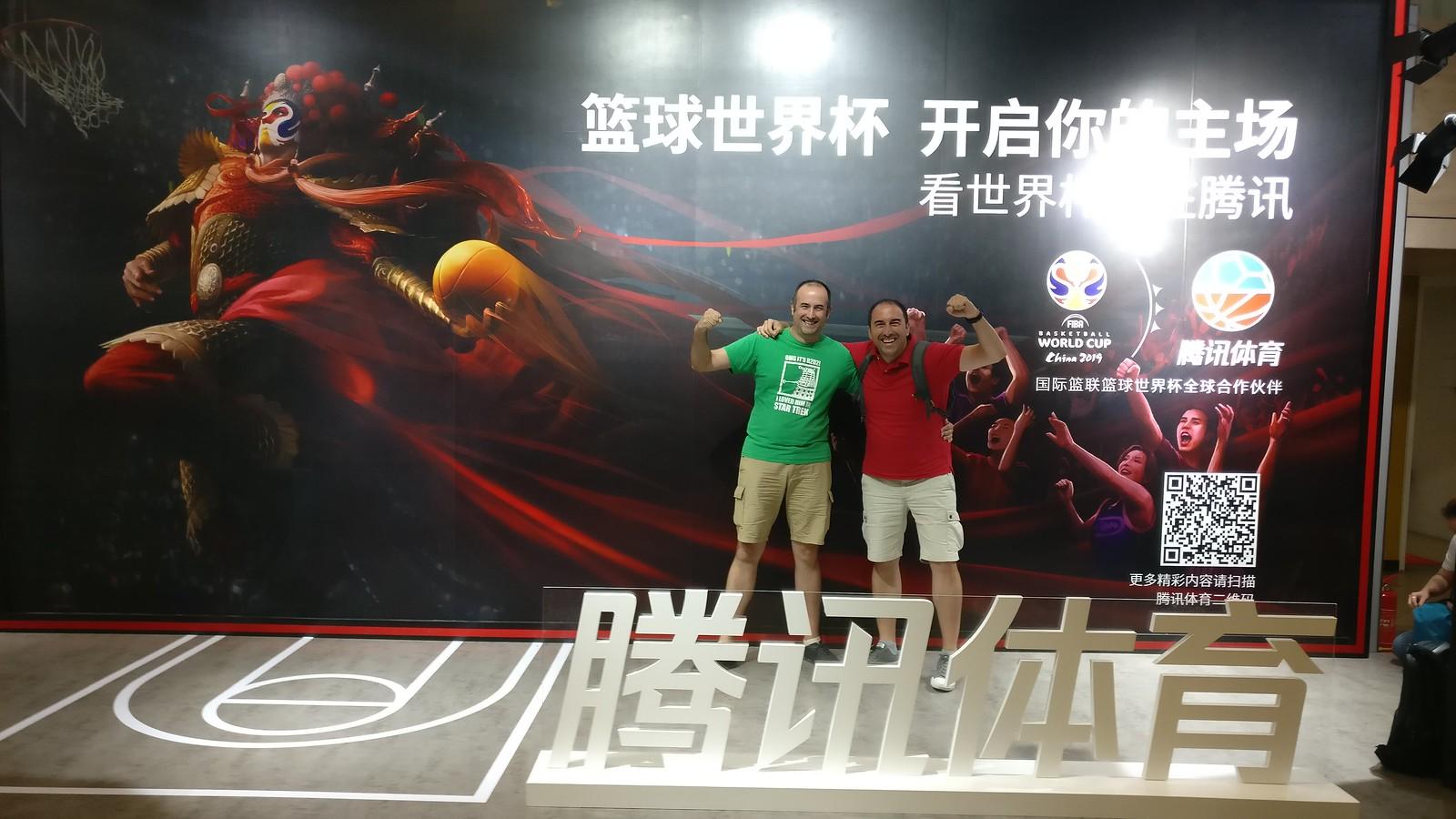 Con mi hermano celebrando la victoria en la semifinal del Mundial FIBA de Baloncesto