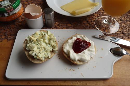 Frisch zubereiteter Eiersalat und Pflaumenmarmelade mit Joghurt auf Brötchen
