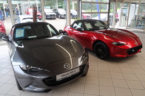 Mazda MX-5 Sports-Line in Matrixgrau Metallic und MX-5 Exclusive Line in Magmarot Metallic