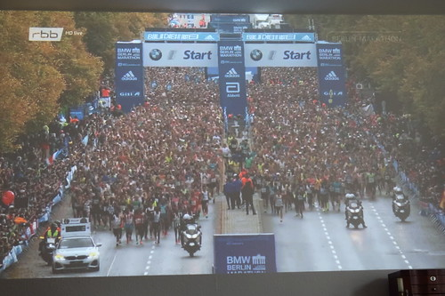 Start des Berlin Marathon 2019 (an unserer Wohnzimmerwand)