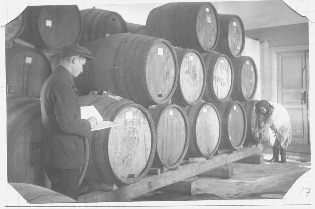2 Мастер виноградного цеха В.Ф.Купцов в помещении склада готовой продукции, 1936 год