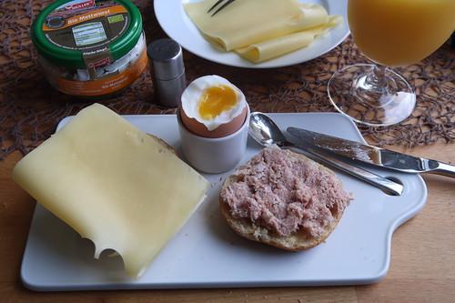 Emmentaler-Scheibe und Gekochte Mettwurst auf Brötchen zum Frühstücksei