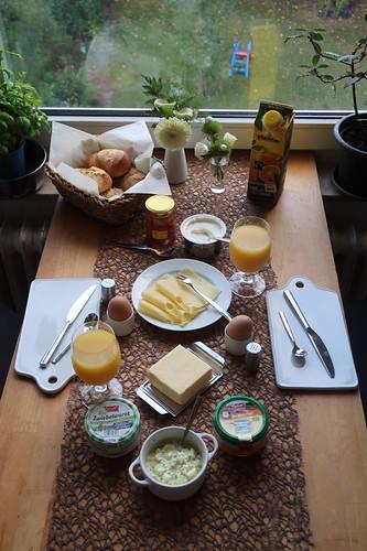 Frühstück mit frisch gebackenen Brötchen