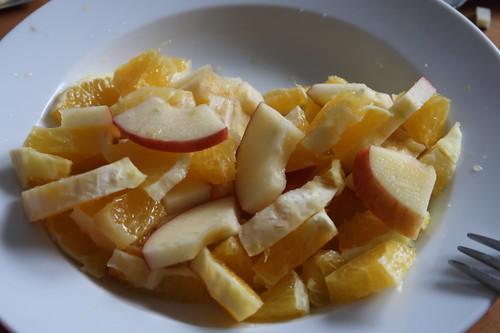 Aufgeschnittene Äpfel und Orangen