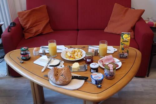 In unserem Wohnzimmer gedeckter Frühstückstisch
