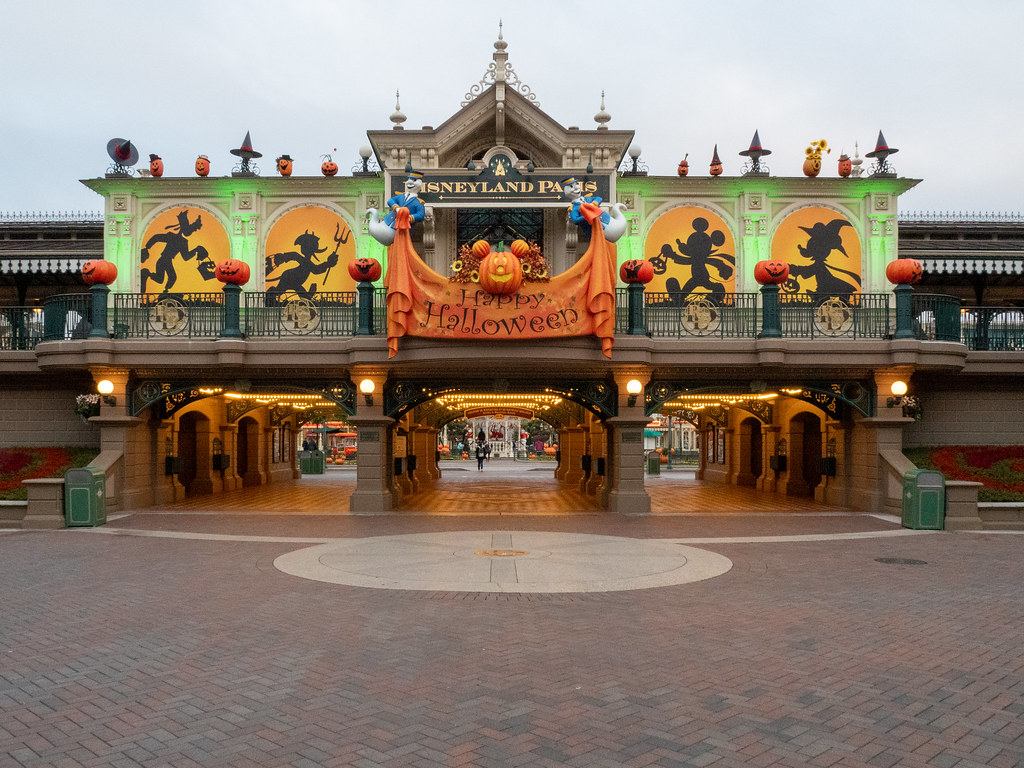 Disneyland Paris - Halloween 48814791328_5354f4d23d_b