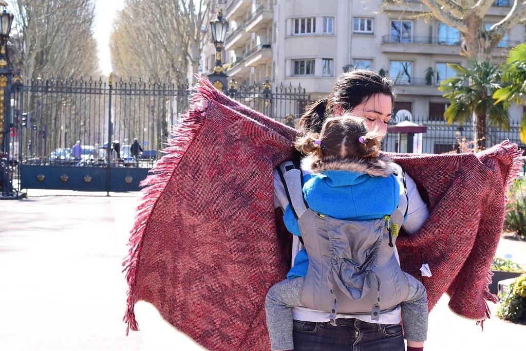 Como siempre, el porteo nos ayuda muchísimo en los viajes. En caso de frío: capa o abrigo ancho