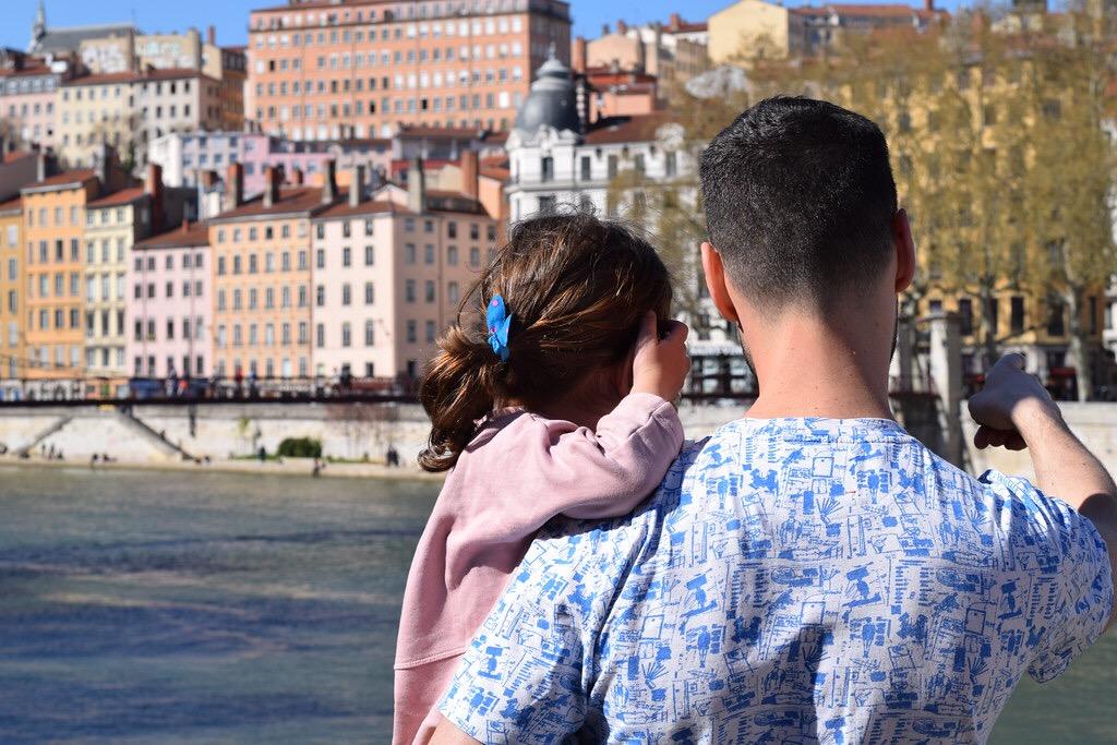 Dani y Eva contemplando la ciudad