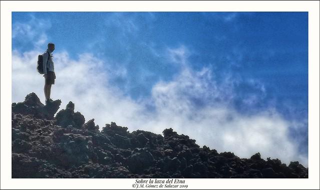 Azul, blanco y negro. Recortado contra el horizonte. Volcán Etna. Sicilia. Italia / Blue, black and white. Trimmed against the horizon. Etna volcano. Sicily. Italy