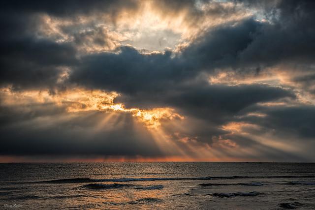 El Sol obrint-se el pas
