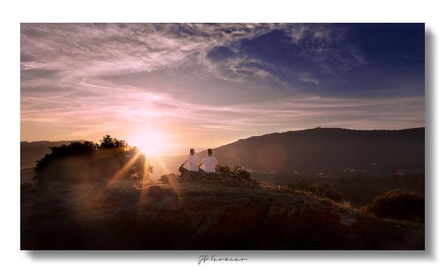 Photo volée - Amoureux en méditation au soleil couchant
