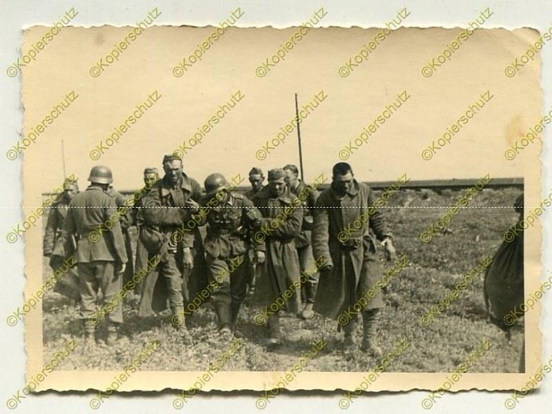 Красноармейцы выводят с поля боя раненого немецкого камрада