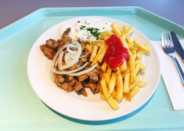 Gyros with tzatziki, fresh onions & french fries / Gyros mit Tzatziki, frischen Zwiebeln & Pommes